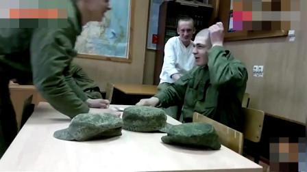 战斗民族的士兵太可爱,傻傻的白给脑袋敲打