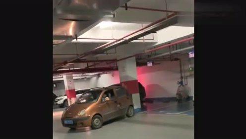 地下车库偶遇一位美女,倒车10分钟没进去,这才