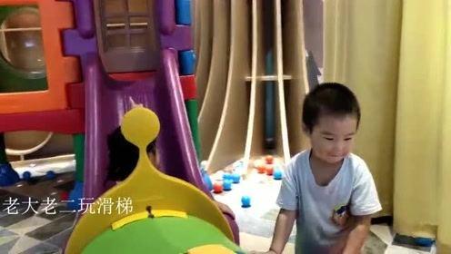 熊孩子爱搞笑,熊爸一人看仨娃,简直是轻松加