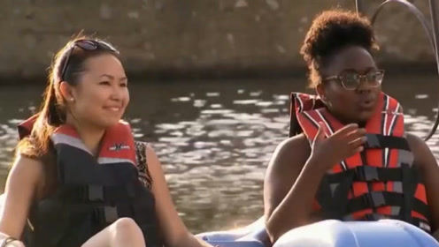 国外恶搞:对水里的美女恶作剧,妹子们的表现