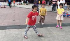 厉害啊!6岁小不点疯狂跳鬼步舞,路过小伙冲出