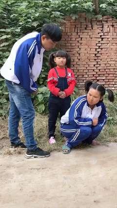农村囧事:傻妞拿小孩辣条吃,谁知背后还有哥