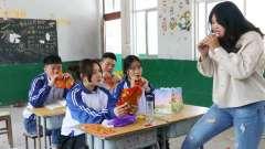 老师在讲台上讲课,女同学在台下偷吃辣条,整