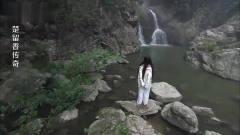 美女在水里洗头,不料瀑布下有个男的,结果姑