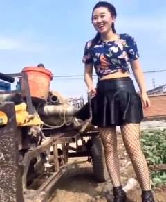 农村妹子直播摇拖拉机,网友说这是摇拖拉机里