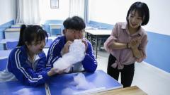 学生不爱学习,老师自制泡泡机整蛊学生,太逗