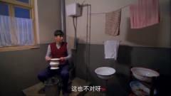 农村小伙第一次见抽水马桶,竟不知道怎么用,