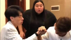 老表搞笑视频,听到谁赢就嫁给谁,两人吓得赶