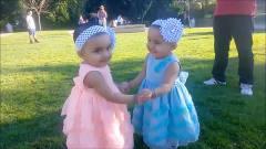 搞笑双胞胎, 双胞胎宝宝一起玩耍, 真是太热闹太