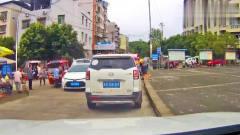 轿车在拥挤路段变道加塞,被后方轿车撞回去了