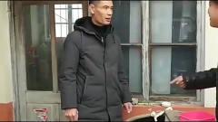 大爷春节没有钱买年货,帮邻居们干活挣了不少