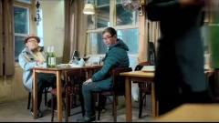 影视:老板娘长太美,亲自把菜端上桌时,男子