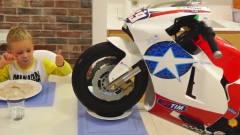 萌娃小可爱这是把心爱的摩托车当做孩子在养呀