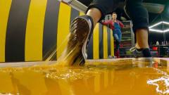 在最强胶水上跑步是什么感受?老外大胆亲测,