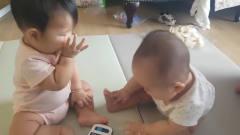 双胞胎都看上了手边的手机,就看俩娃之后的反