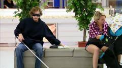 盲人在商场里,竟把纸尿裤戴在了头上,大哥你